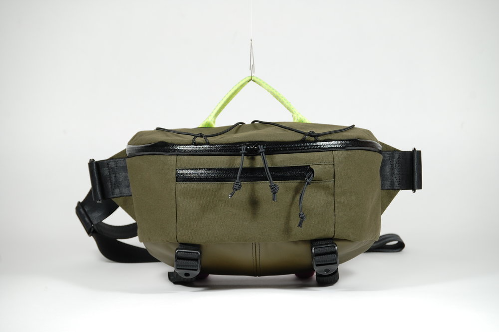 Side pack in X10 canvas and leather with a plastic cobra buckle