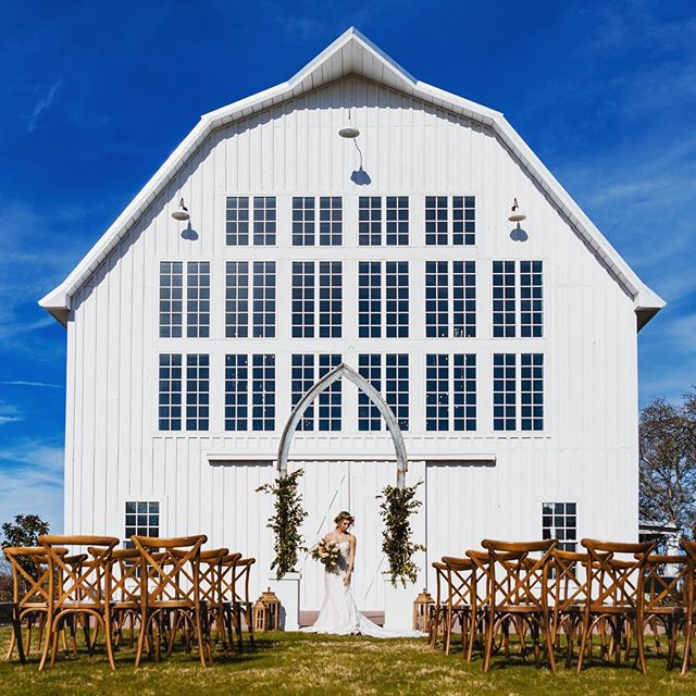 White barns + springtime = ❤️ #ssaaconference  Host: @styledshootsacrossamerica