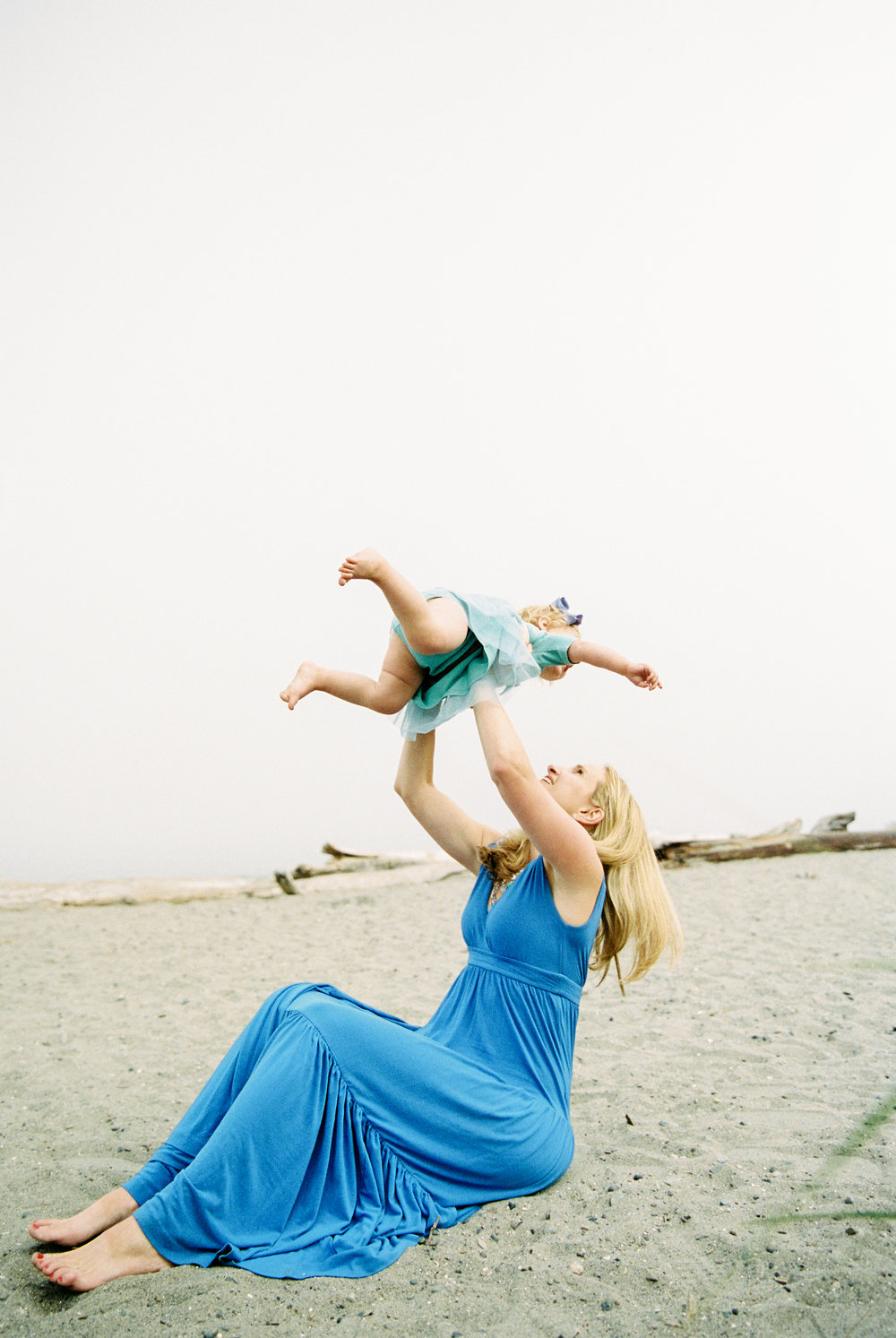 seattle family photographer photography film kids children baby newborn carkeek park ocean pudget sound little kids children father son mother daughter sister brother siblings fog