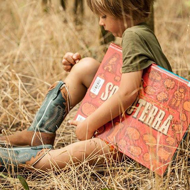 🔸The feel of a physical book is lovely. 🔸You can read books for free. 🔸I Think You Should Still Be Going to the Library 😉  Пост для мам, которые живут в Италии, но, думаю, актуально для всех. 📖Возможно, вы совсем забыли про библиотеки. ☝🏻Ходить туда сейчас совсем не модно. Тем временем, на библиотечных полках появились чудесные книги. Именно те, от которых нас, взрослых, и наших детей не оторвать в магазинах. Именно те, стоимость которых превышает все допустимые пределы, именно те, которые так хочется держать в руках и перечитывать и разглядывать много-много раз. Ходите в библиотеку? Мы да, уже давно. В нашей есть возможность заказать книги онлайн, любые новинки, все что угодно. Иногда я фотографирую книги в магазине и потом заказываю в библиотеке, жду неделю-две пока книга будет доставлена и... наслаждаюсь! Приятного чтения. 📚 #леофорте  #tutticontentiphotography