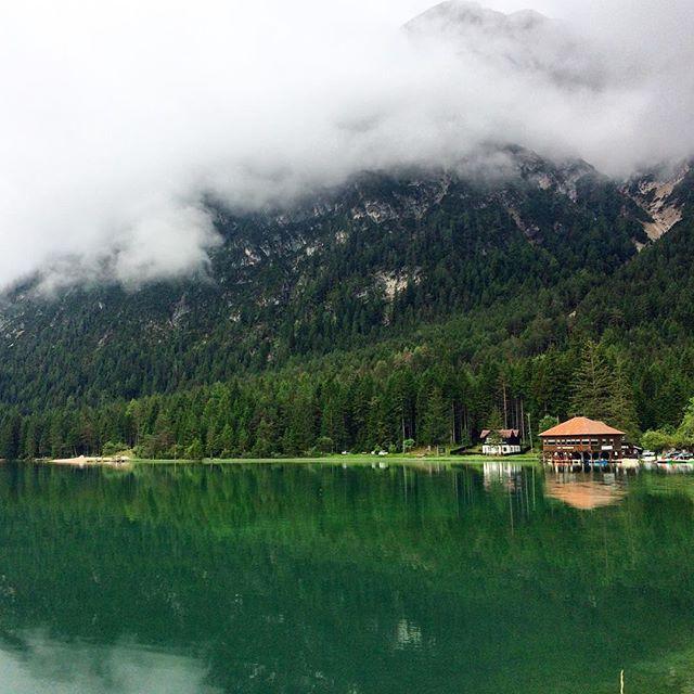 Good morning Trentino 🌲🌲🌲 И таким было наше каждое утро, когда до облаков можно дотронуться рукой, а в озеро смотреть как в зеркало. На фото ресторан рядом с кемпингом, в которым мы остановились. Где-то там, среди стройных елей, были наши подвесные палатки.