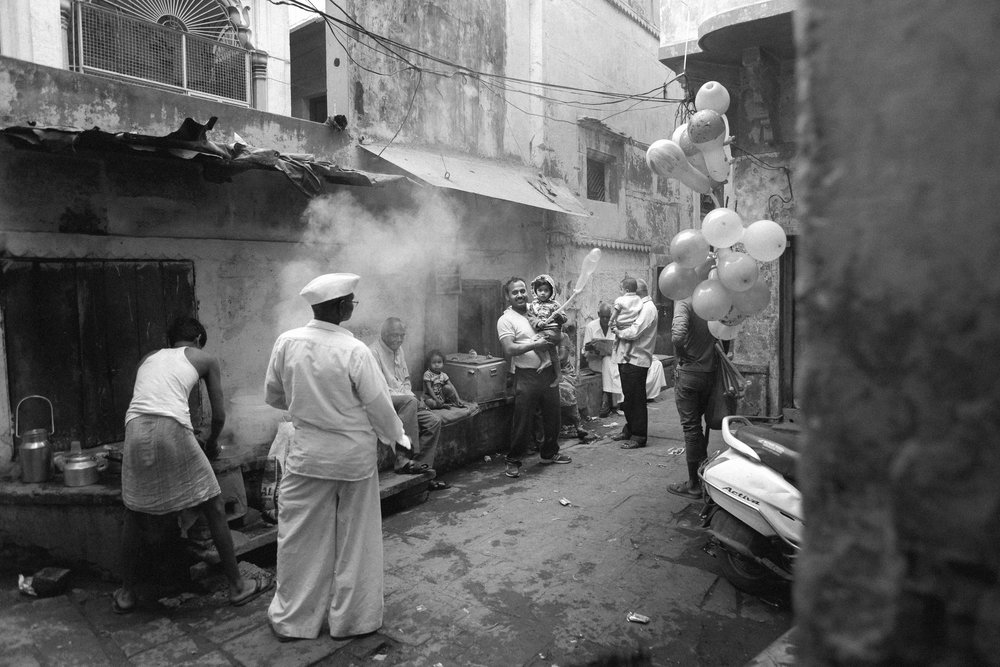 À Varanasi, la ville sacrée de l'Inde, une famille se prépart pour une petite fête de quartier.