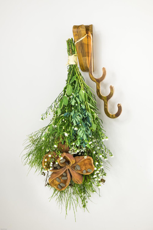 Arranjo de Natal com os cabideiros Pinduh e Manuh para o site da Revista CasaCláudia
