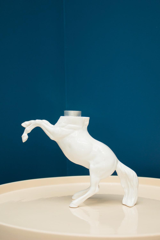 Mula-sem-cabeça - Primeira peça da coleção Brasilendas, o Castiçal Mula-Sem-Cabeça resgata, ressignifica e desloca a tradição.