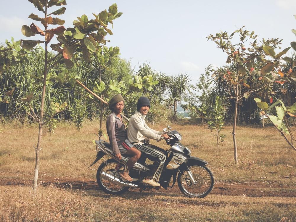 El medio de transporte más popular en Indonesia son las motoras. Aquí dos javaneses motorizados.