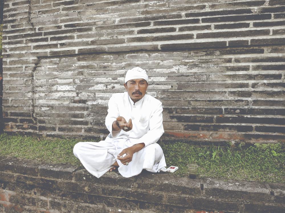 Monje en el templo de Besakih. El más grande e importante de la religión hindú en Bali.