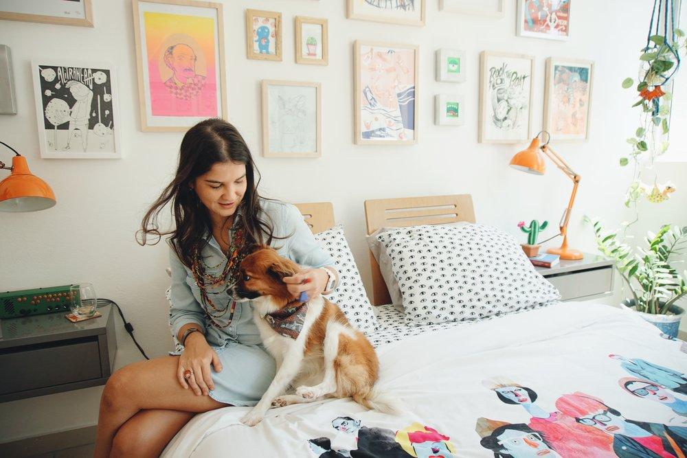 Pollock con su dueña, Gabriela Bonilla.