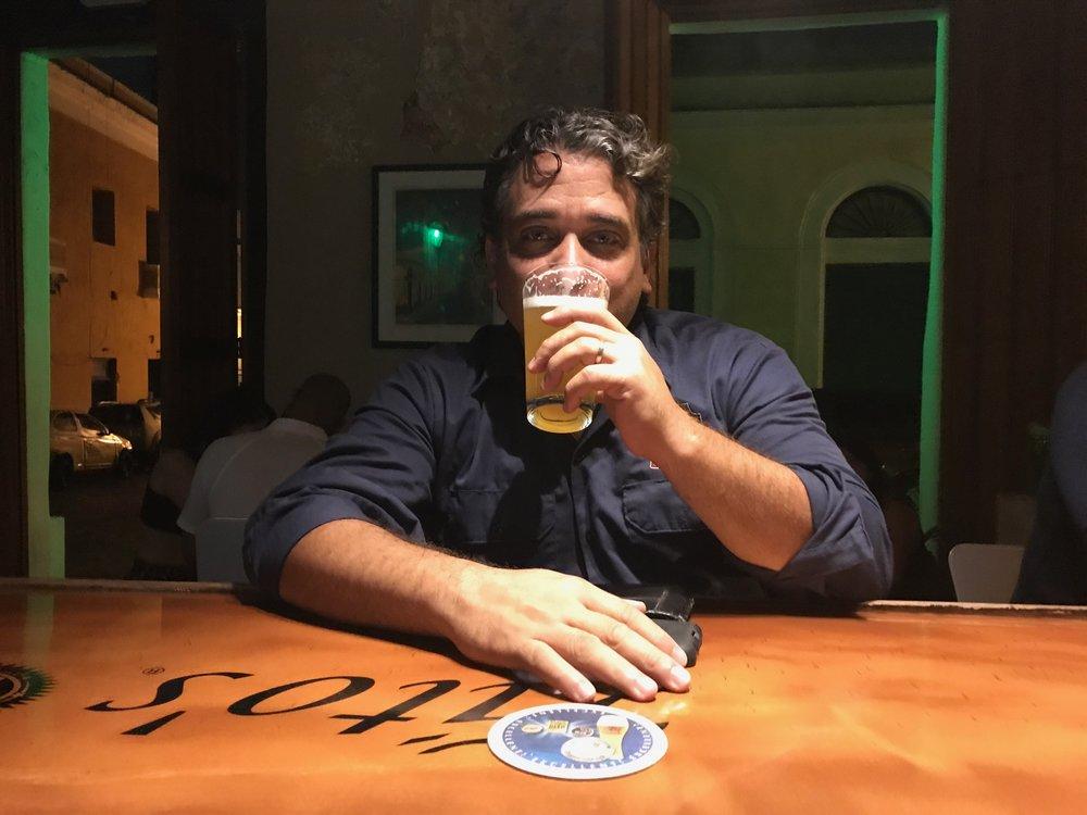 Juan bebe la  Zurc Hefeweizen en el Lúpulo.