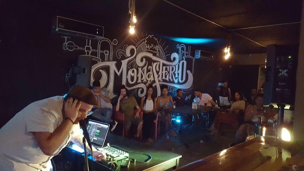 Bebo Dumont presentando sus Live Loops Sessions en Monasterio. f. F Madera