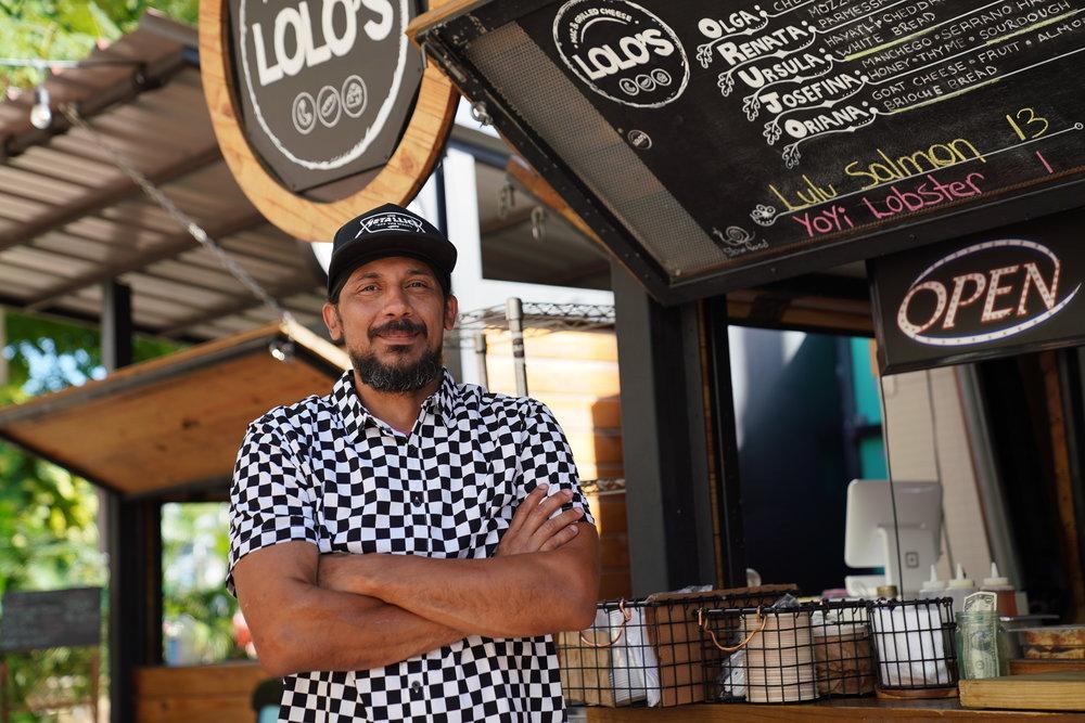 """- Carlos Portela, Lolo's & OrujoCon más de 24 años en la industria, el Chef Portela ha sido galardonado con el título de """"Mejor Chef del Caribe"""" durante la competencia de Taste of the Islands. Es el chef del restaurante Orujo en Caguas y el Lolo's en Lote 23. La cocina de Orujo se resalta por sus influencias españolas, africanas y asiáticas. """"Vamos a estar representado el concepto de Lolo's, un mac & cheese de queso añejo blanco, con un guiso de short ribs, aceitito de trufa y una costrita de hierbas."""""""