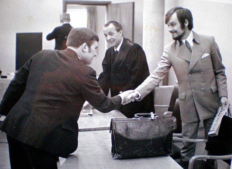 Gavemottager Vidar Lønn-Arnesen hilser på Sten Ekroth innen rettssaken starter, februar 1970. Pressebilde.