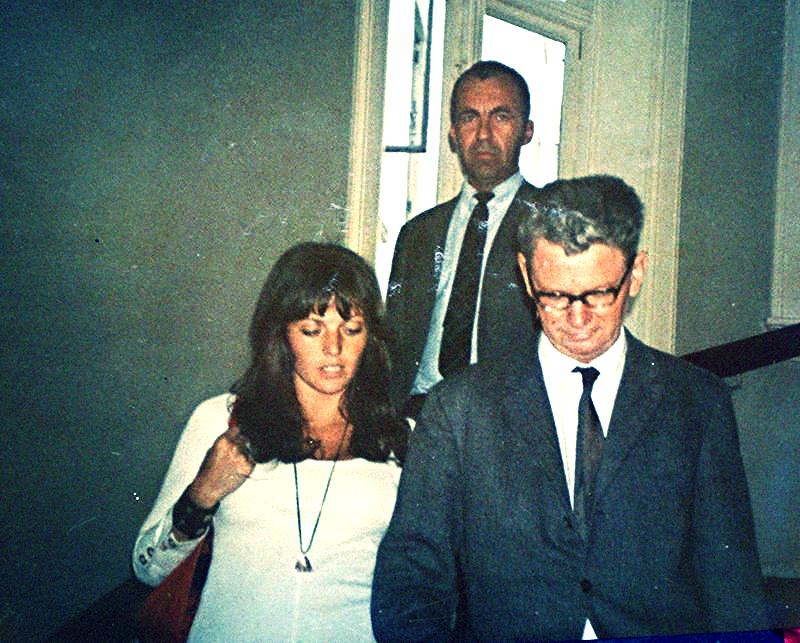 Vibeke og Oslos kriminalsjef Grindhaug, rett før mannen bak Vibeke overfaller henne med en stor rørtang.
