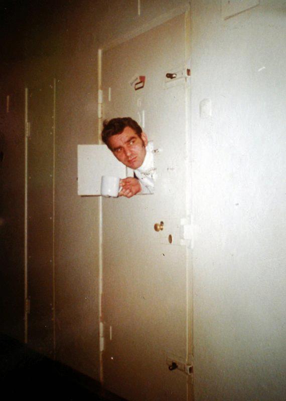 Per Liland i hans celle i skrekkfengslet på Møllergaten 19 i Oslo. Fotografert av fangvokteren.