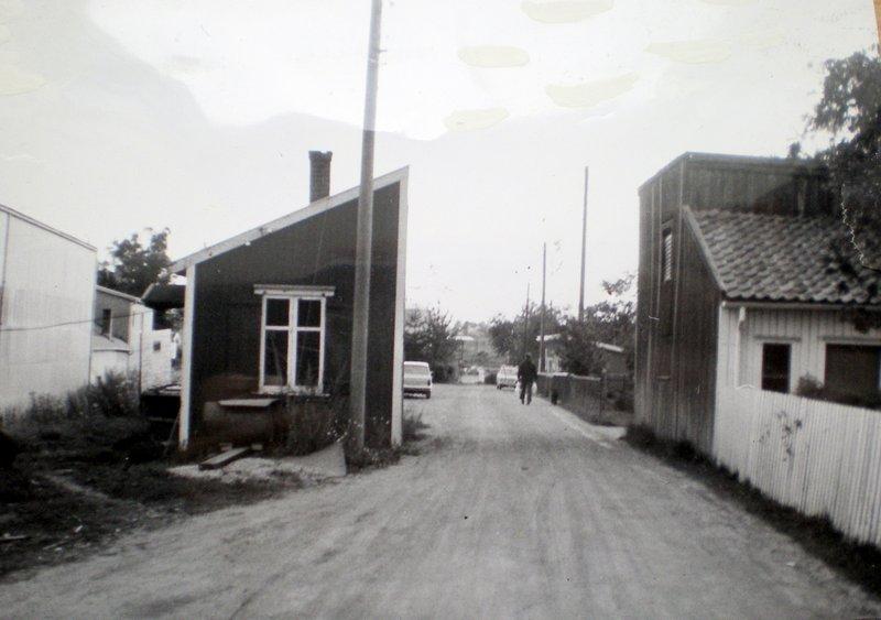 """Besøker prambygger Ole Olsen som bor i det """"halve"""" huset. Veien tangerer hans sengeplass."""
