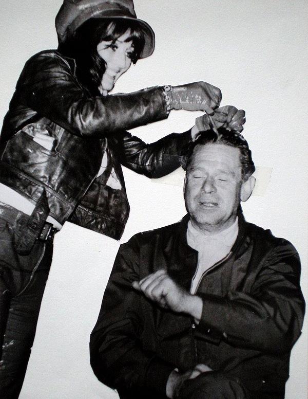 """Vibeke tar hårprøver av Knut. Mordkommisjonens sjef, R. H. Jahrmann nektet å sammenligne hårene med alle s.k. """"ukjente"""" hår som politiet fant i Johns hender og i en kam som morderen hadde plassert i en blodig jakke på åstedet."""