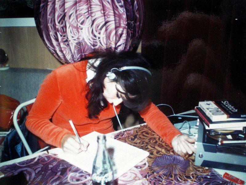 Vibeke skriver av lydbånd.