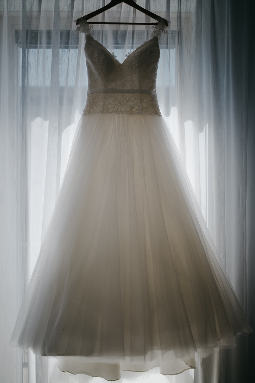 bruidsfotografie amsterdam utrecht trouwjurk wedding dress window