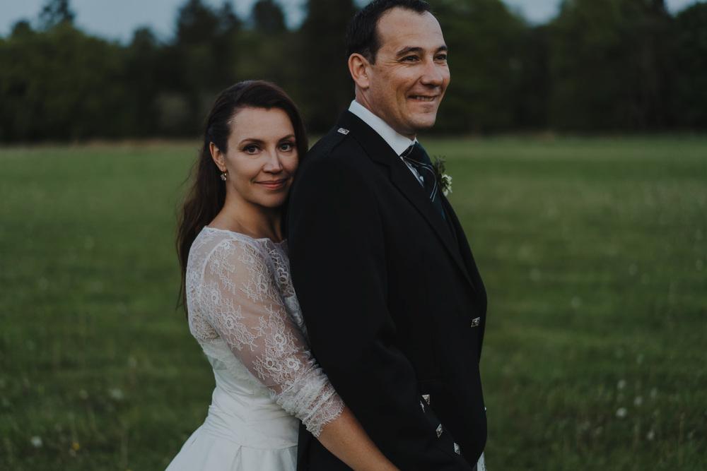 bruidsfotografie amsterdam aberdeen  couple in landscape