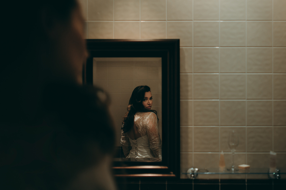 bruidsfotografie amsterdam aberdeen  bride in the mirror