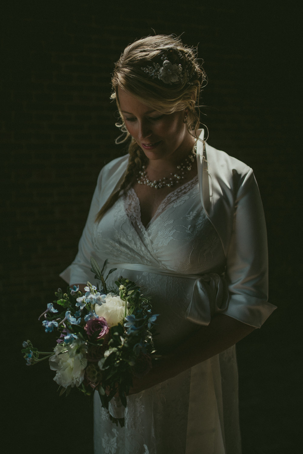 Bruidsfotografie Amsterdam - Bride with Flowers
