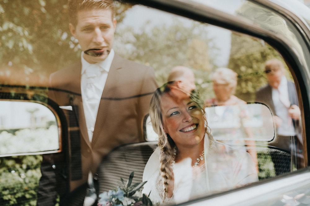 Bruidsfotografie Amsterdam - Bruidspaar in Auto