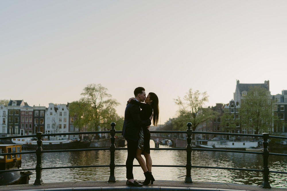 romantic loveshoot amsterdam on magere brug