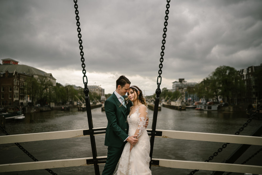 amsterdam wedding photographer at skinny bridge amsterdam