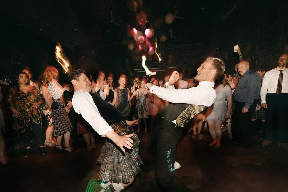 bruidspaar dansen westergasfabriek bruiloft fotografie