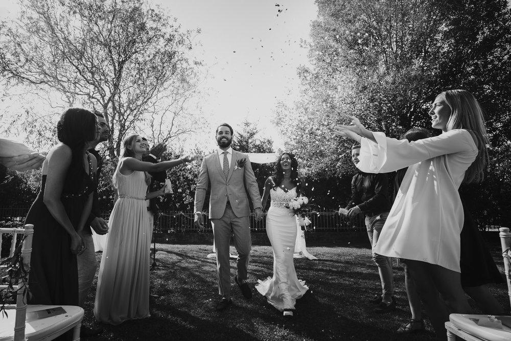 beste trouwfotograaf amsterdam bruidspaar en confetti - just married