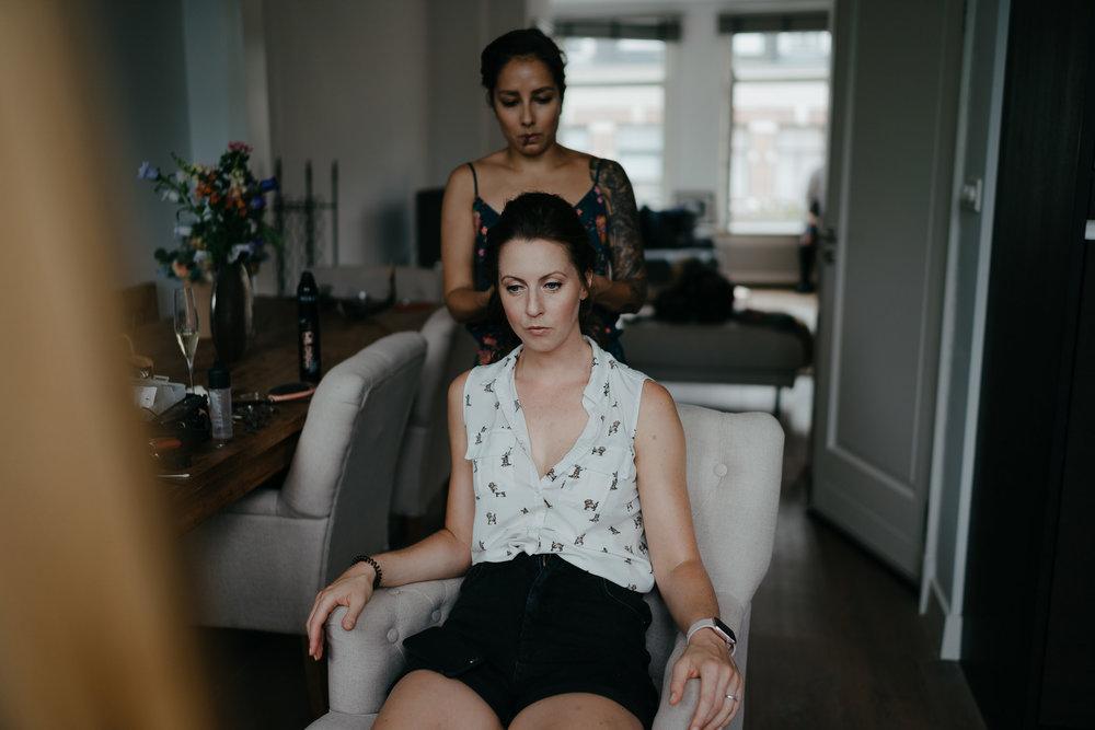 Amsterdam bruidsfotograaf Mark Hadden klaarmaken bruid