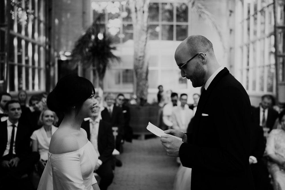 bruiloft fotografie ceremonie botanische tuin amsterdam