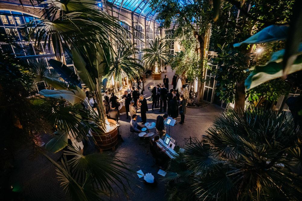 mooie trouwerij in Hortus Botanicus te Amsterdam gefotografeerd door amsterdamse bruiloft fotograaf Mark hadden