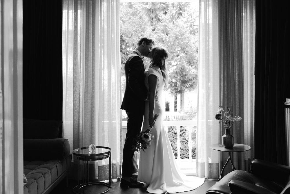 liefdevol bruidspaar gefotografeerd door trouwfotograaf mark hadden
