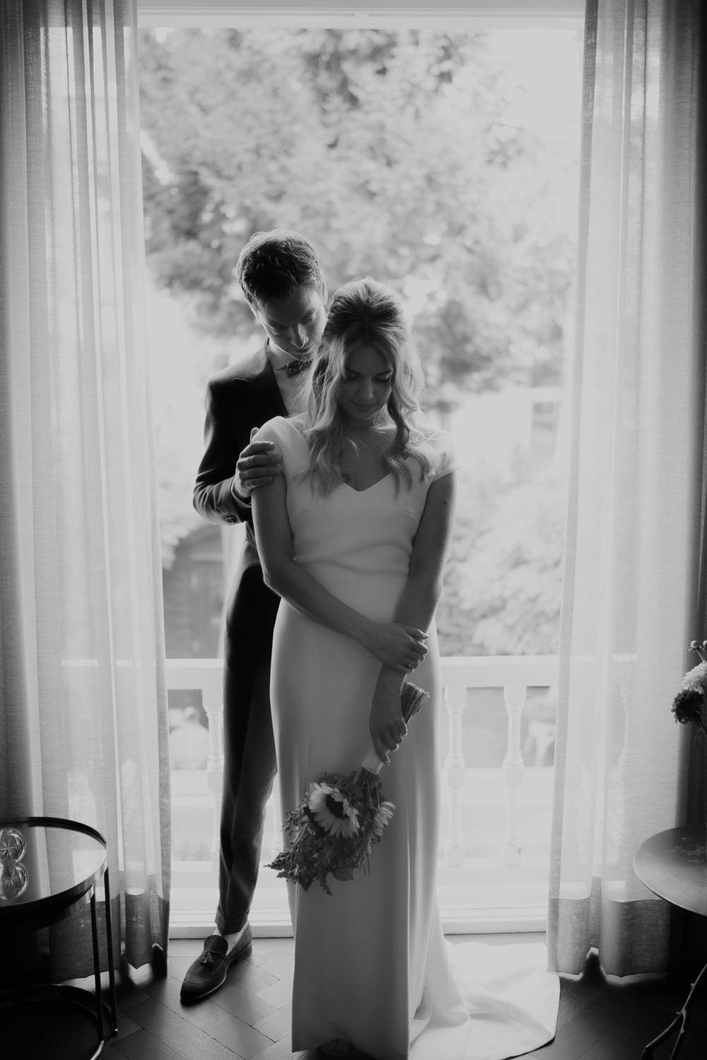 Prachtige foto van een stel op hun trouwdag fotografie door mark hadden