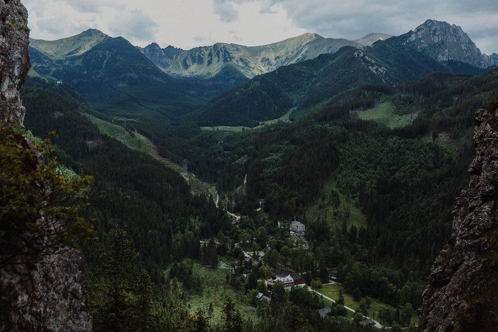 Kuznice ja sieltä lähtevä kaapelinousu näkyvät laakson pohjalla.