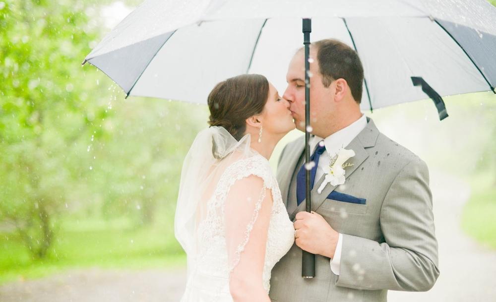 wedding//bride//rainy//kiss//couple//summer//ohio