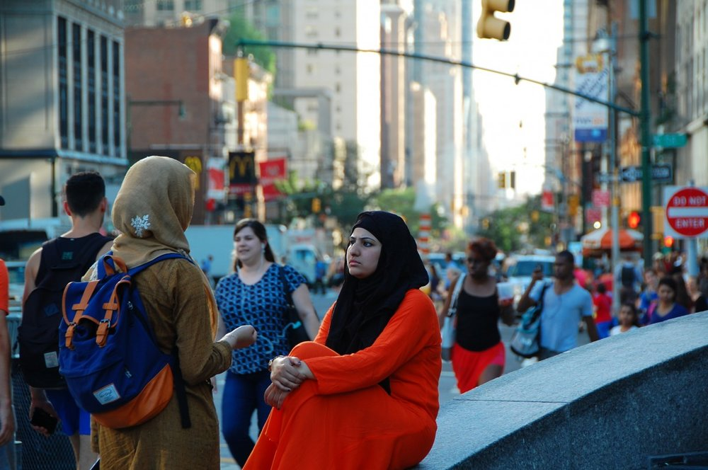 columbus_circle_new_york_muslim_women_conversation_frown_crowd-486546.jpg!d.jpg
