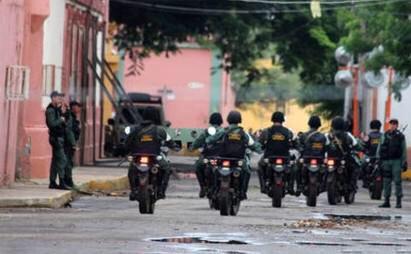 Efectivos de la GNB motorizados se desplazan por la zona   Foto: cortesía @paramedicowar