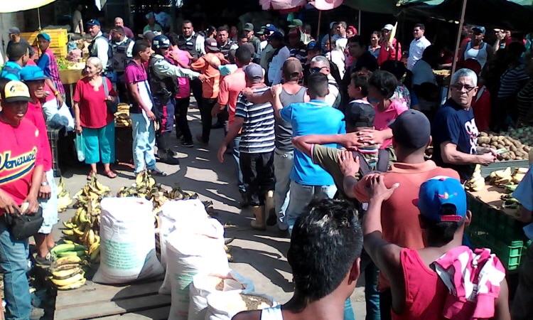 """Jornada de """"Plan de anti bachaqueo"""" realizada en mercado municipal de Puerto La Cruz   Foto: cortesía"""