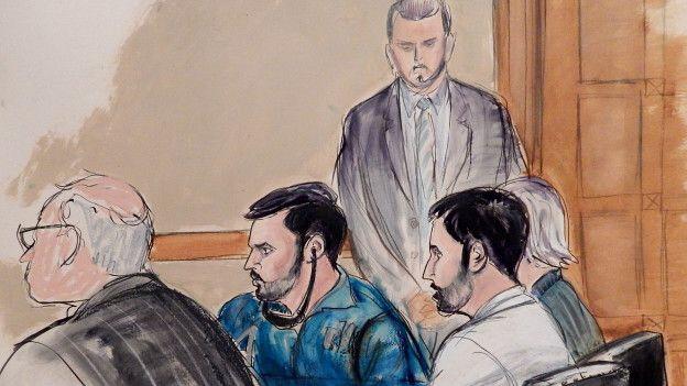 En esta ilustración de la comparencia ante la corte se ve al abogado John Reilly, a la izquierda, junto a los imputados Francisco Flores y Efraín Campo | Foto: AP