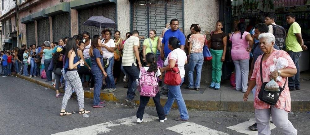 Personas hacen largas colas en la procura de alimentos en Venezuela | Foto: cortesía