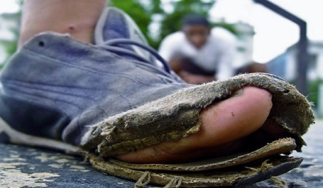 Una En Crisis Rotos Zapatos La Desgastados Expresión De Y Cruda El qaqtBxF1