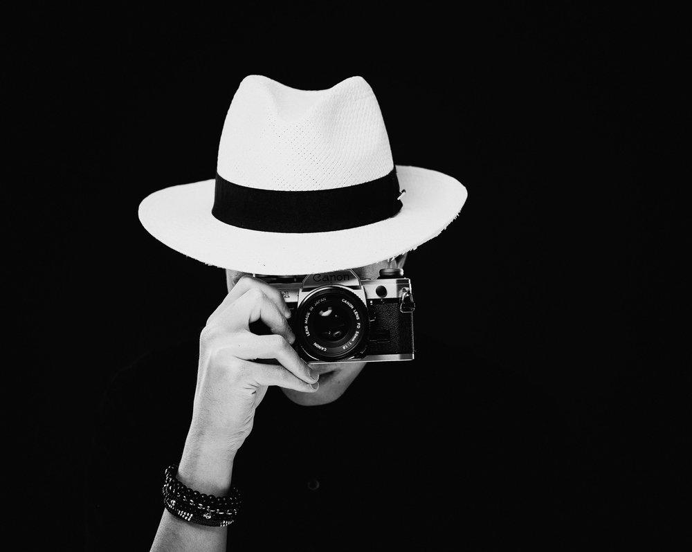Erste Gehversuche - Meine ersten Kontakte zur Fotografie hatte ich klassischerweise mit der Kamera meiner Eltern. Von Anfang an war ich fasziniert, wie sich durch einen Klick Erinnerungen und damit verbundene Emotionen festhalten lassen.