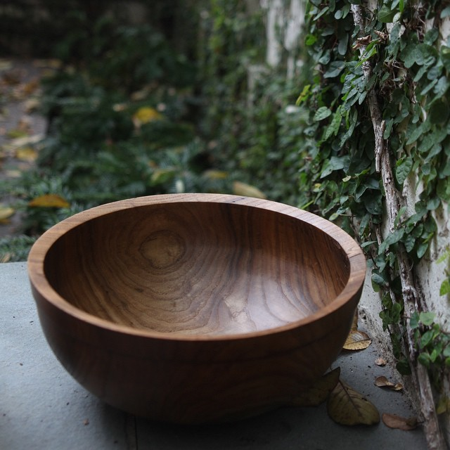 This bowl is made of sassafras, a deciduous tree native to parts of North America and East Asia. Numerous Native American tribes used sassafras for medicinal purposes. Since then, scientists have found that the oil, roots, and bark have analgesic and antiseptic properties.