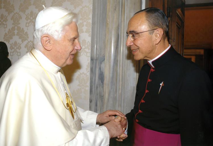 El Papa Benedicto XVI recibe al autor.