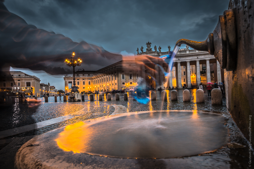 Roma  :un peregrino bebe de la fuente en la Plaza San Pedro Foto: Gustavo Kralj/Gaudiumpress