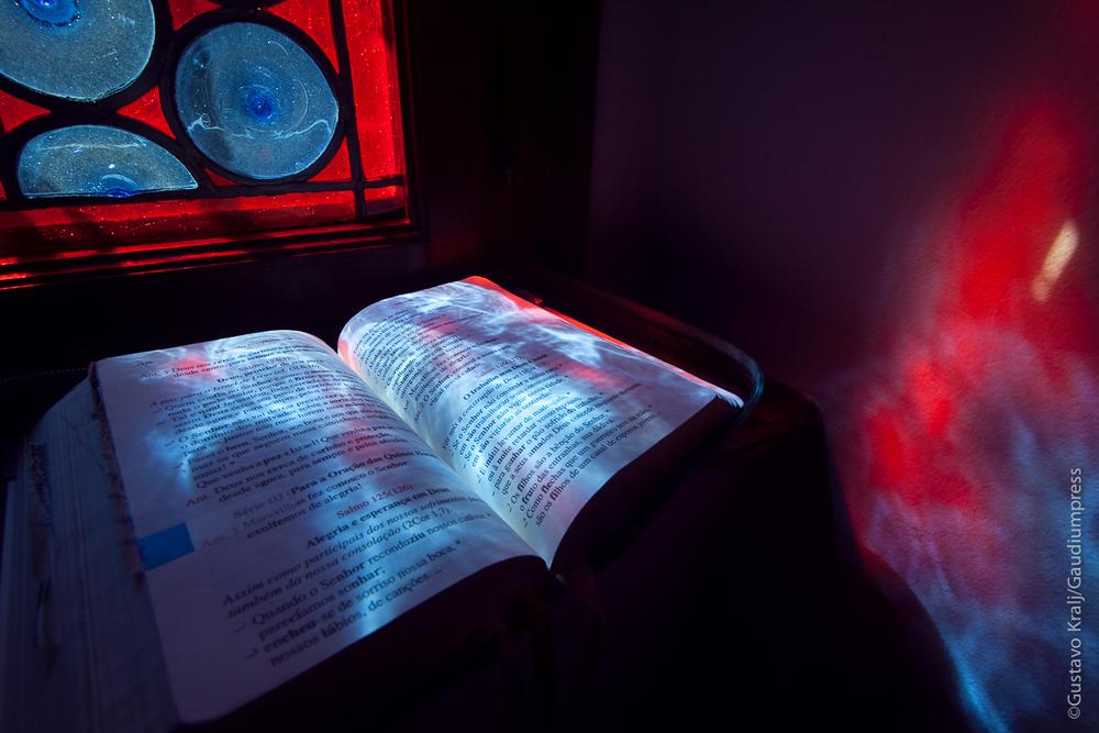 Los primeros rayos del sol inciden sobre un Oficio Divino en la Casa Madre de los Heraldos del Evangelio. Foto: Gustavo Kralj/Gaudiumpress