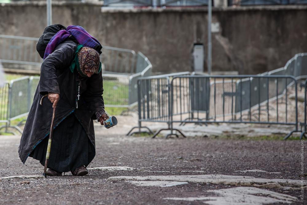 Roma: una anciana pide limosna cerca de Trastévere. Foto: Gustavo Kralj/Gaudiumpress