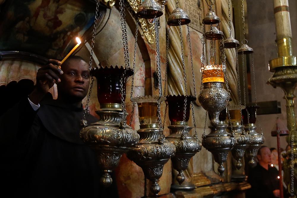 Jerusalem: Un franciscano enciende las lámparas de aceite del Santo Sepulcro. Foto: Gustavo Kralj/Gaudiumpress