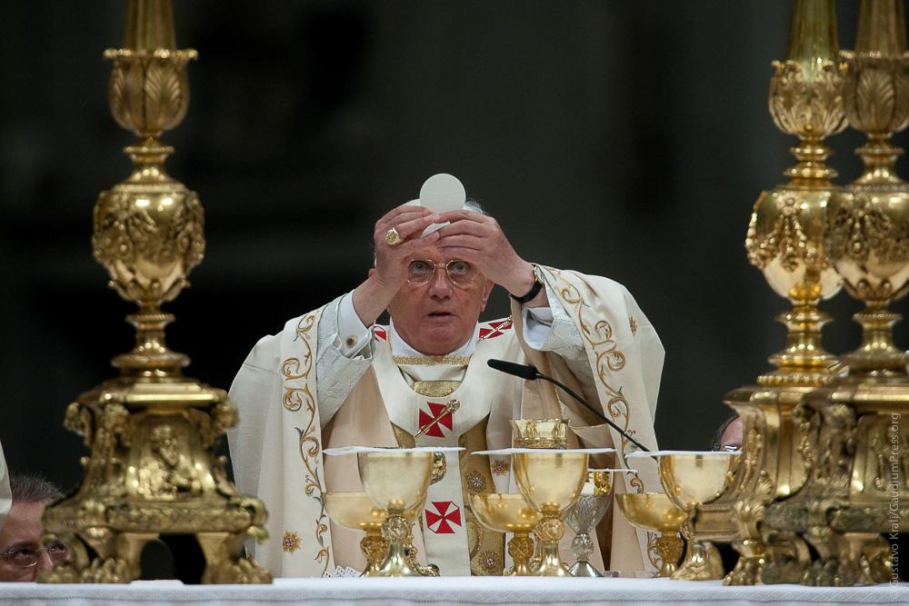 Pope Benedict XVI eleva el Cuerpo de Cristo. Foto: Gustavo Kralj/GaudiumpressImages.com